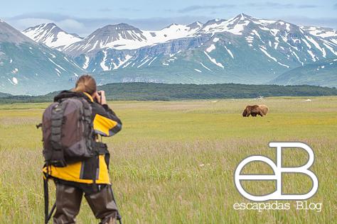 Aquí esta Javi en Alaska con su pequeña y ligera mochila/grano en la espalda que siempre le acompaña